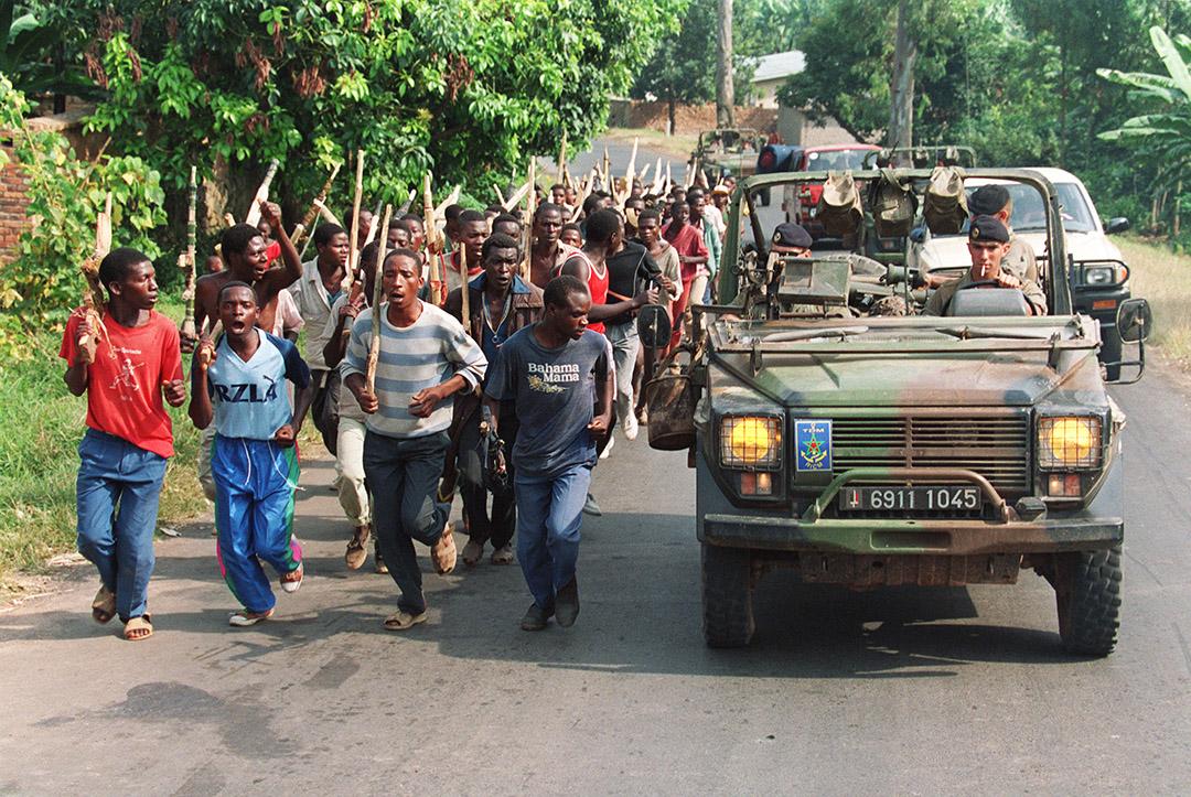 Des miliciens hutus et des militaires français de l'opération Turquoise à Gisenyi, au Rwanda, le 27 juin 1994.