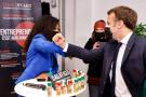Emmanuel Macron avec Fatoumata Doumbia, fondatrice de Dagatigui Saveur d'Afrique, lors d'une rencontre avec des entrepreneurs, à Paris, le 8 mars 2021.