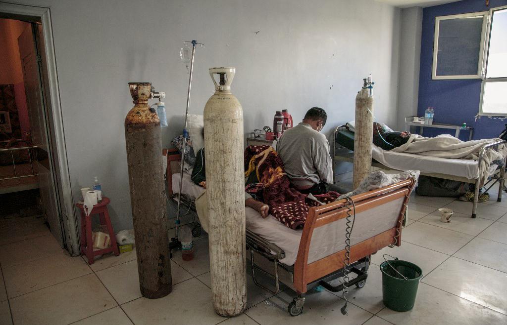 Un patient gravement malade du coronavirus est soigné à l'hôpital universitaire Andohatapenaka, à Antananarivo, le 20 juillet 2020.