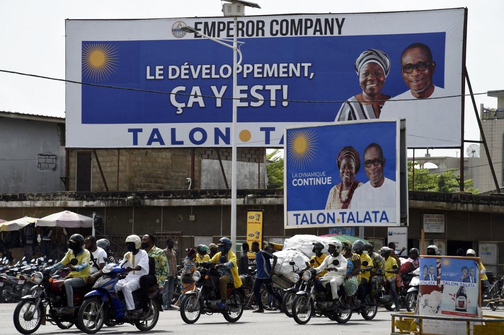 Des affiches électorales du président Patrice Talon et de sa colistière Mariam Talata, sur une route à Cotonou, le6avril2021.