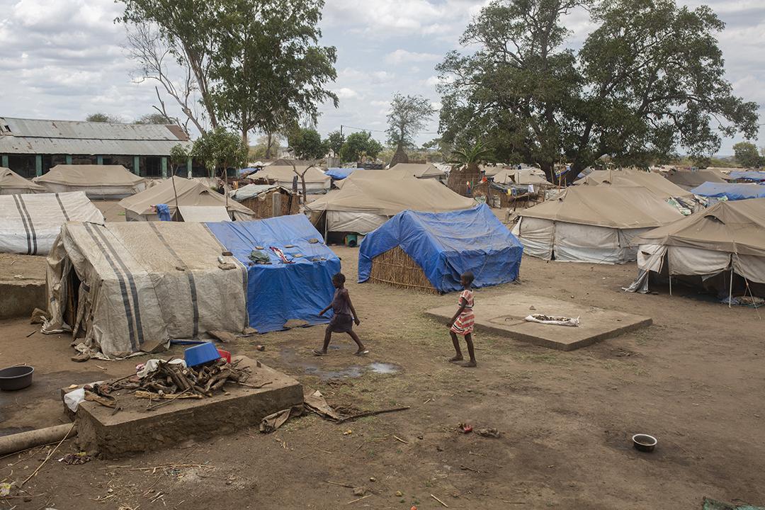 Cette vue générale, le 10 décembre 2020, montre un entrepôt abandonné dans le centre agraire de Napala, maintenant utilisé comme abri pour les personnes déplacées où vivent 610 familles.