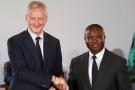 Bruno Le Maire, le ministre français de l'Économie, avec son homologue béninois, Romuald Wadagni, lors de la signature d'un accord sur la réforme du franc CFA, à Abidjan, le 21 décembre 2019.