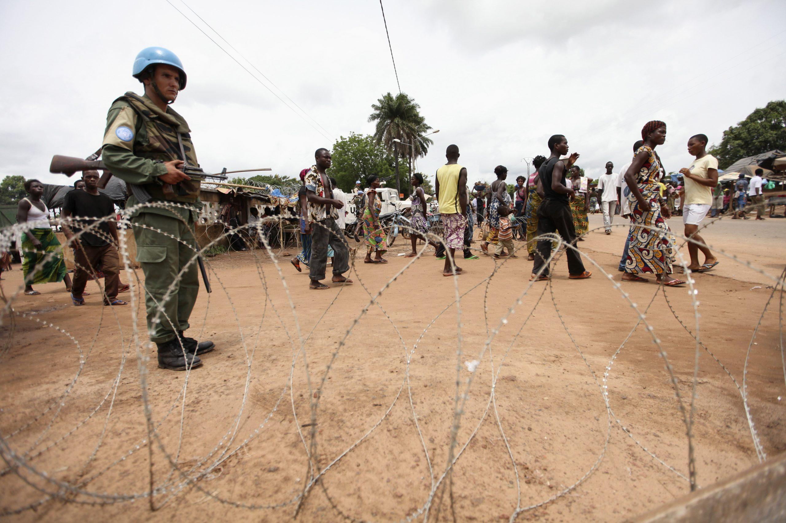 Un Casque bleu à Duékoué protège des civils réfugiés près de l'église, le 18 mai 2011.