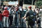Le 24 juin 1994 au Rwanda, des Hutus célèbrent l'arrivée des troupes françaises à la frontière du Zaïre.