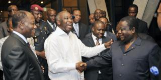 De g. à dr.: Alassane Ouattara, Laurent Gbagbo et Henri Konan Bédié, au palais présidentiel d'Abidjan, le 30 juin 2010. Au second plan, Guillaume Soro.