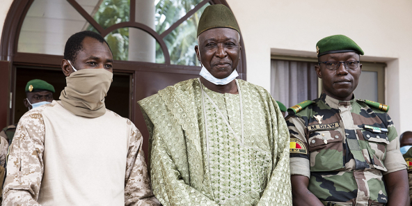 De g. à d. : Assimi Goïta, le vice-président et Bah N'Daw, le président de la tran-sition, ainsi que Malick Diaw, le président du Comité national de la transition, le 24 septembre 2020, à Bamako.