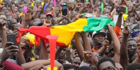 Des milliers de Maliens rassemblés, après la démission d'IBK, sur la place de l'indépendance à Bamako, le 21 août 2020.