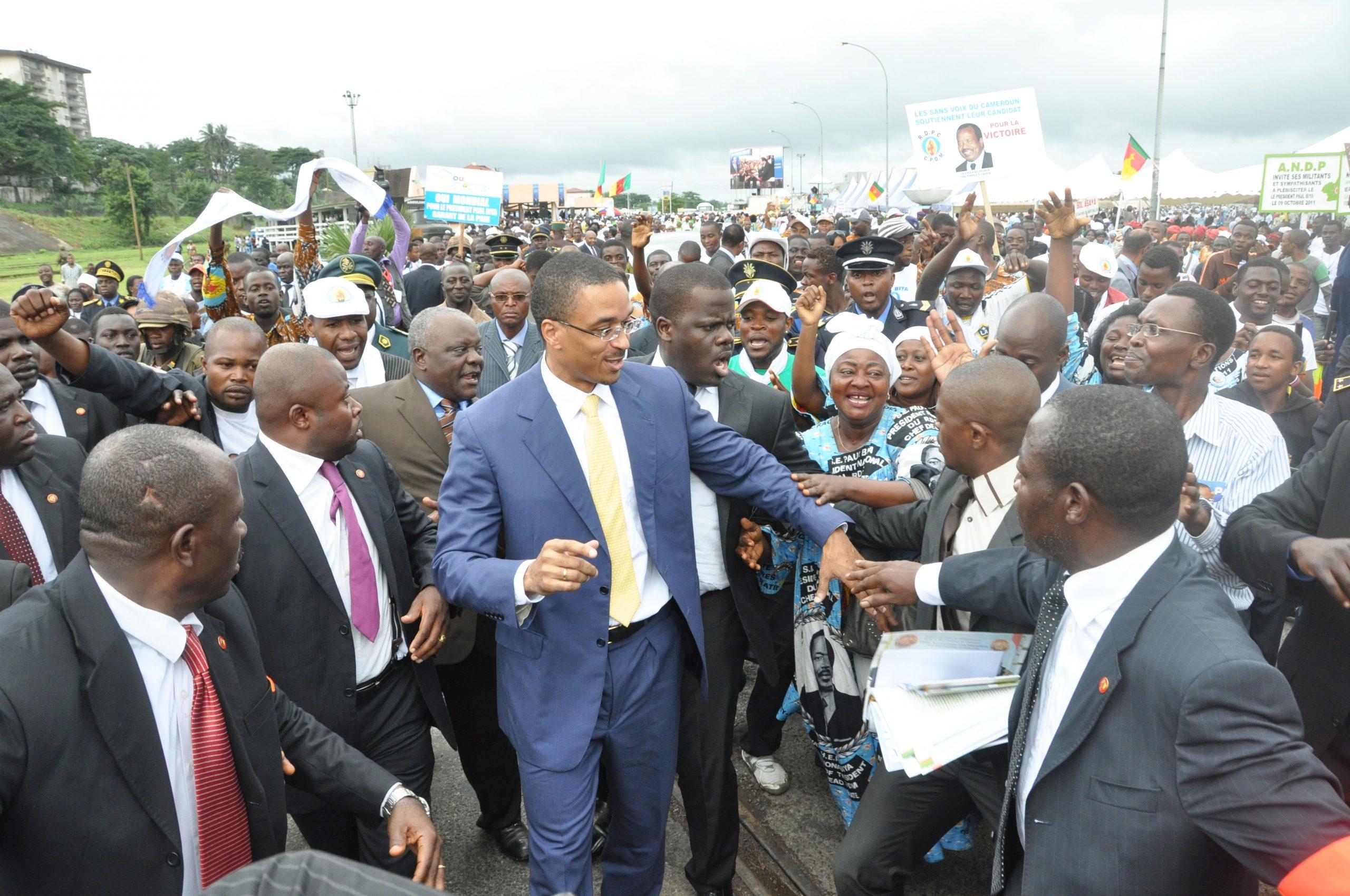 Franck Biya avec des partisans de son père, lors de la campagne présidentielle de 2011.