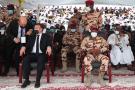 Emmanuel Macron prend place à côté de Mahamat Idriss Déby, désormais président du Comité militaire de transition (CMT) qui dirige le pays, aux funérailles de son père Idriss Déby Itno, le 23 avril 2021.