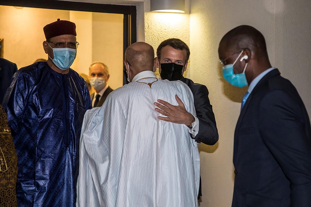 Le président français Emmanuel Macron salue le président mauritanien Mohamed Ould El Ghazouani aux côtés du président nigérien Mohamed Bazoum après une rencontre avec les dirigeants africains des pays du Sahel la veille des funérailles du président tchadien Idriss Déby à N'Djamena, au Tchad, le 22 avril 2021.