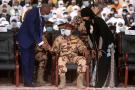 Mahamat Idriss Déby, désormais président du Comité militaire de transition (CMT) qui dirige le pays, assiste aux funérailles de son père Idriss Déby Itno, le 23 avril 2021.