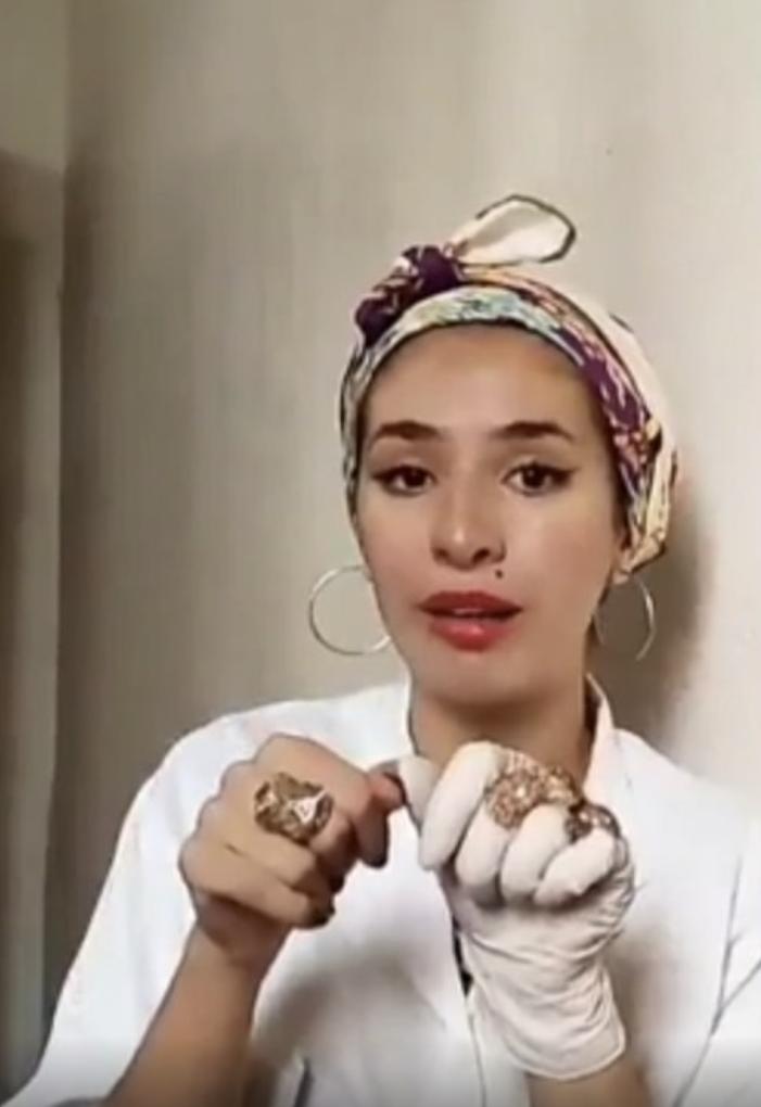 La journaliste algérienne Yamna a 245 000 abonnés sur Instagram.