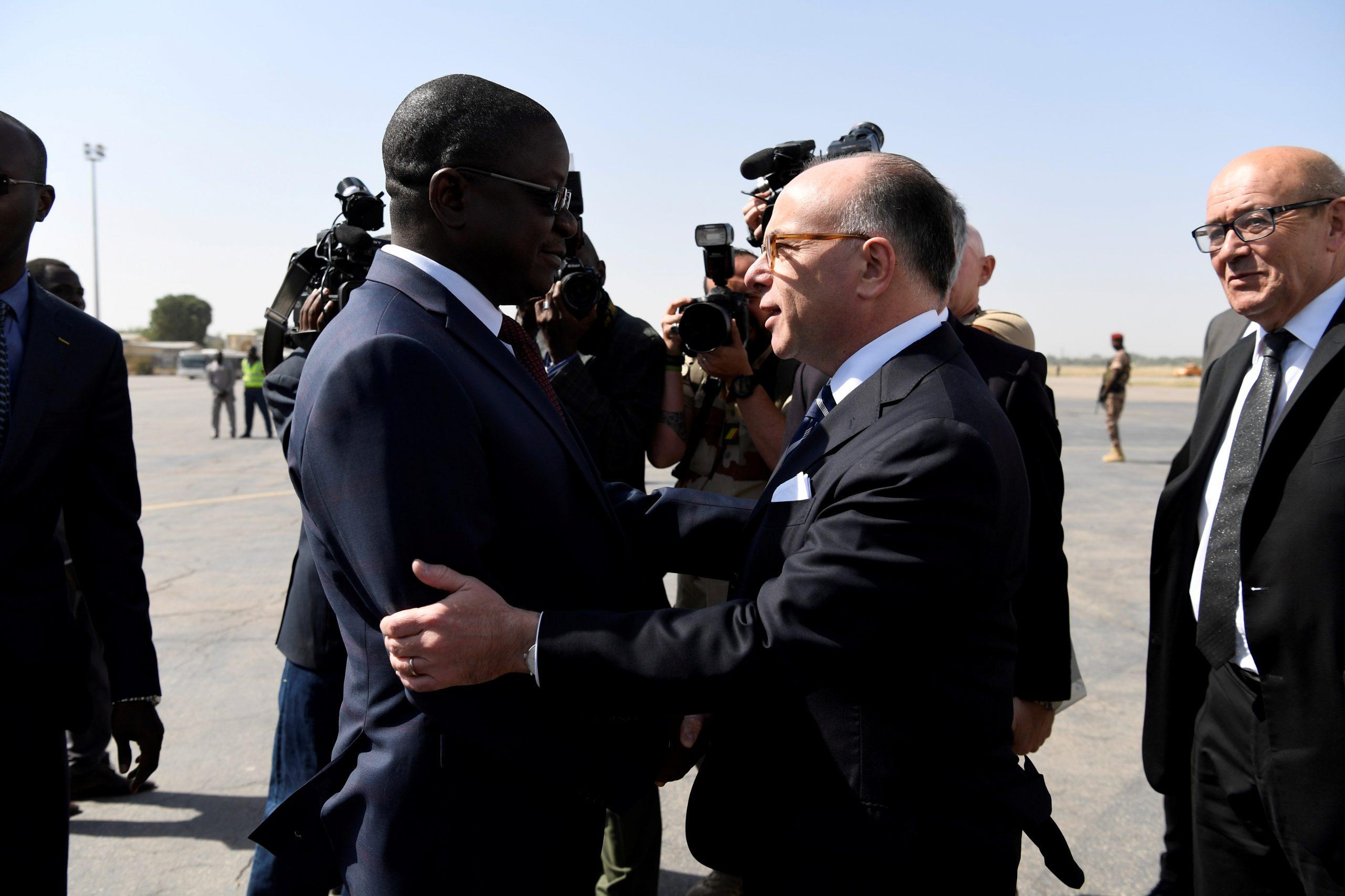 Albert Pahimi Padacke, alors Premier ministre d'Idriss Déby Itno, et son homologue français Bernard Cazeneuve, à N'Djamena le 29 décembre 2016.