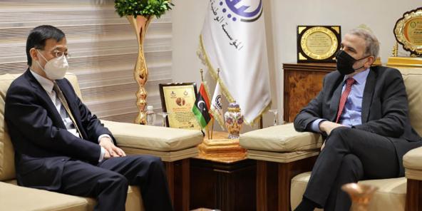 Rencontre entre le président de la National Oil Corporation, Mustafa Sanalla et l'ambassadeur de Chine en Libye, Wang Qimin, en avril 2021, à Tripoli
