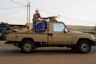 Des membres des forces de sécurité tchadiennes, lors d'affrontements avec des manifestants, mardi 27 avril 2021 à N'Djamena.