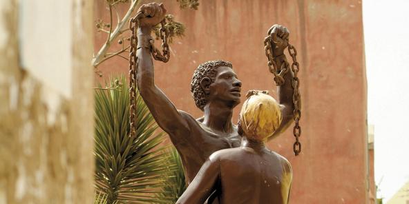 Sur l'île de Gorée, au Sénégal, la statue de la libération des esclaves, inaugurée en 2002.