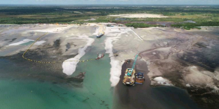 En 2020, Total avait signé un accord de financement par emprunt de 14,9 milliards de dollars pour le premier développement de GNL à terre du Mozambique.