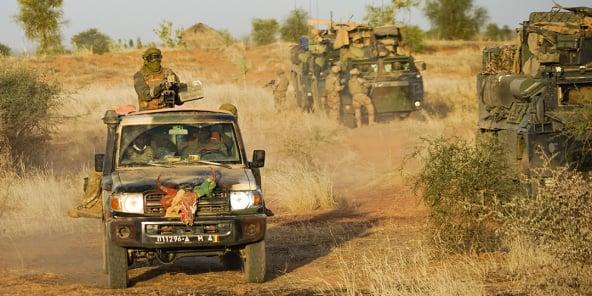 Au Mali, patrouillent conjointement les soldats francais de la force Barkhane et ceux des forces armées maliennes du G5 Sahel