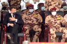 Le président français Emmanuel Macron assiste aux funérailles du défunt président tchadien Idriss Deby, avec les autorités locales à N'Djamena, le 23 avril 2021.