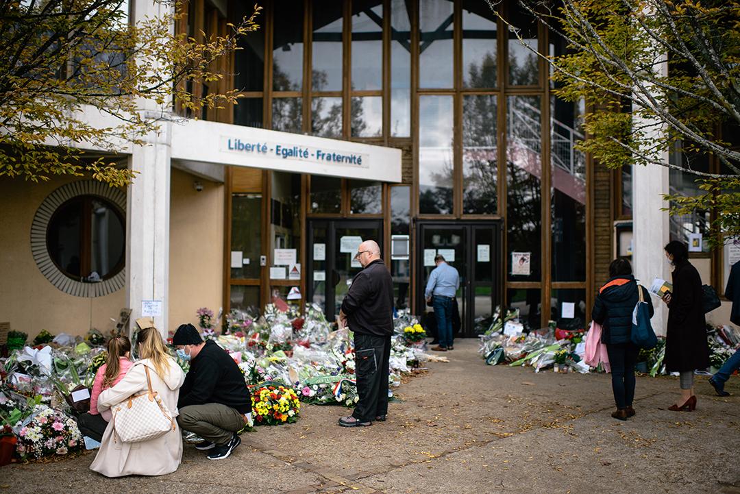 Hommage à l'enseignant Samuel Paty, devant son collège de Conflans-Sainte-Honorine, près de Paris, le 22 octobre 2020, quatre jours après qu'il a été décapité par un jeune d'origine tchétchène.