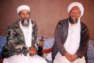 Oussama Ben Laden (à gauche) est à côté d'Ayman al-Zawahiri, pendant une interview avec le journaliste pakistanais Hamid Mir dans un lieu tenu secret en Afghanistan.