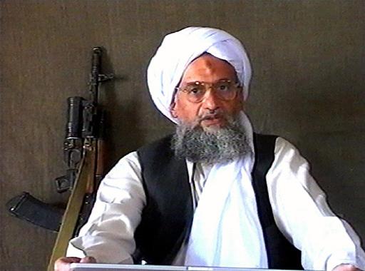 Une séquence télévisée prise le 17 juin 2005 sur la chaîne d'information Al-Jazeera basée au Qatar montre Ayman al-Zawahiri, prononçant un discours.