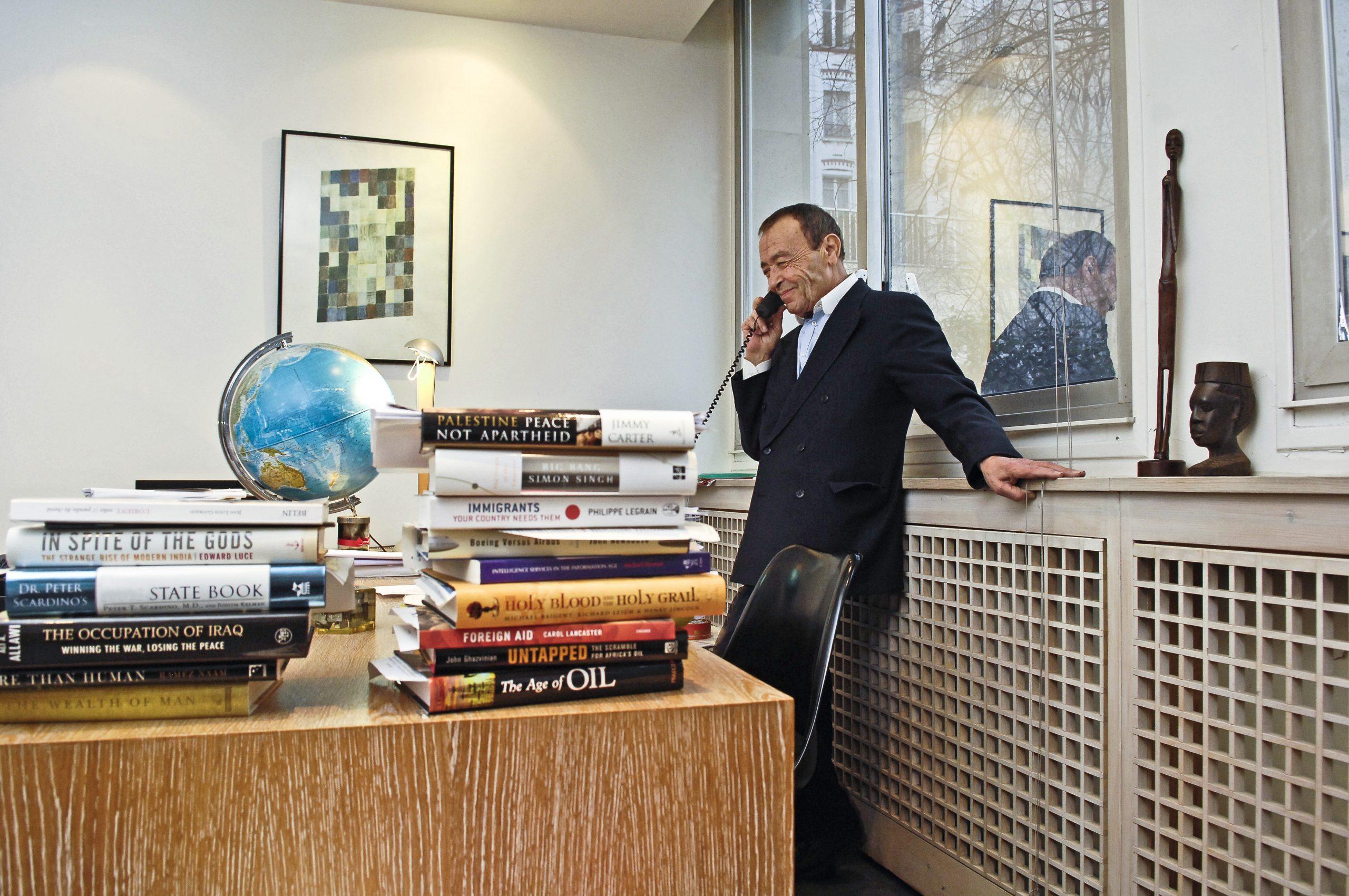 Béchir Ben Yahmed dans son bureau à Jeune Afrique, en 2007.