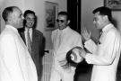 Le président Habib Bourguiba (à g.), Béchir Ben Yahmed, ministre de l'Information (avec des lunettes de soleil) et Ahmed Mestiri, ministre des Finances, à Tunis, en juillet 1957.