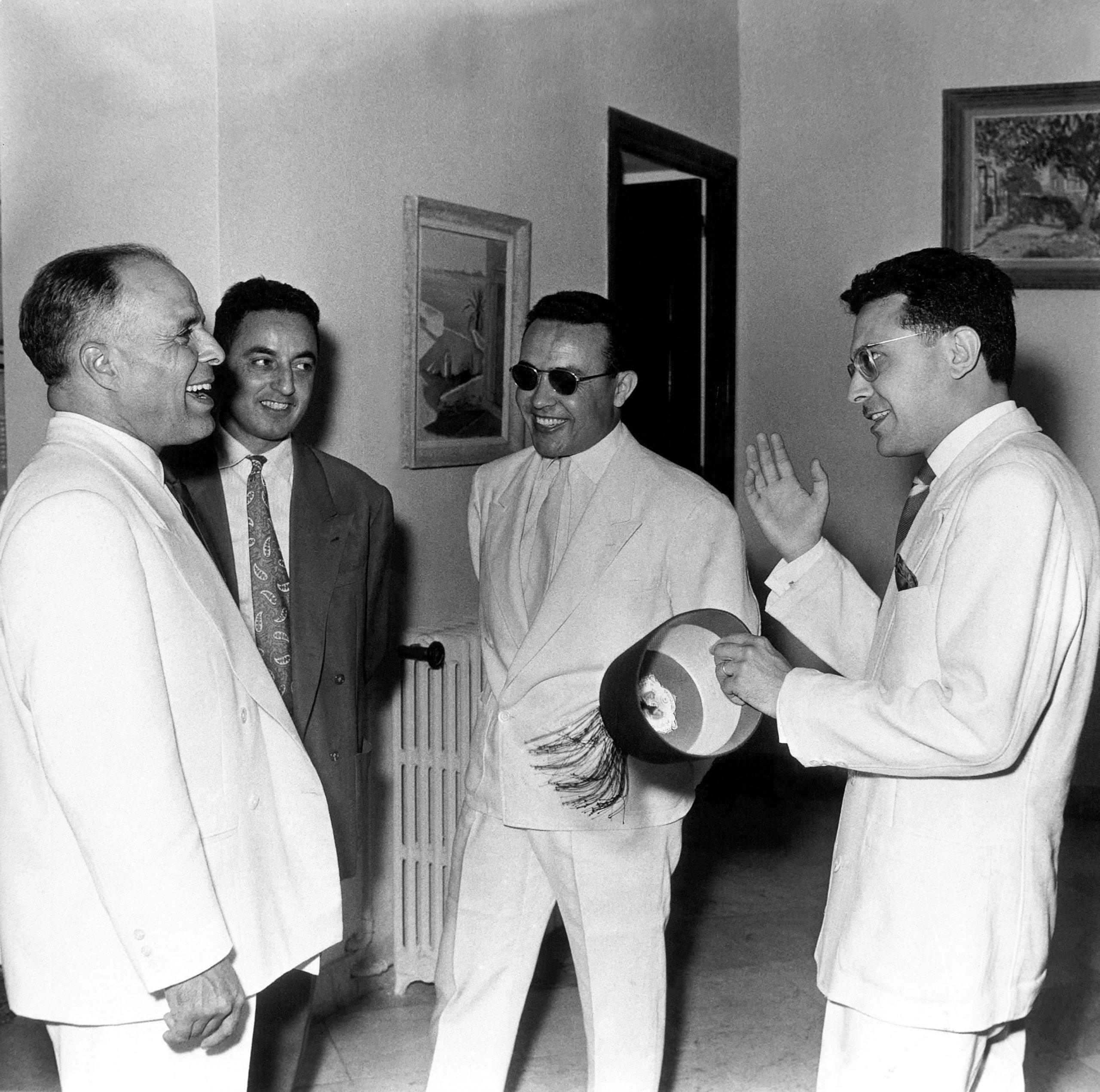 Le président Habib Bourguiba (à g.), Béchir Ben Yahmed, ministre de l'Information (avec des lunettes de soleil) et Ahmed Mestiri, ministre des Finance, à Tunis, en juillet 1957.