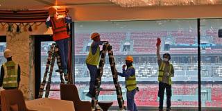 Des ouvriers du bâtiment effectuent des travaux de finition dans le stade al-Bayt de Doha, qui accueillera des matchs de la Coupe du monde de football 2022.