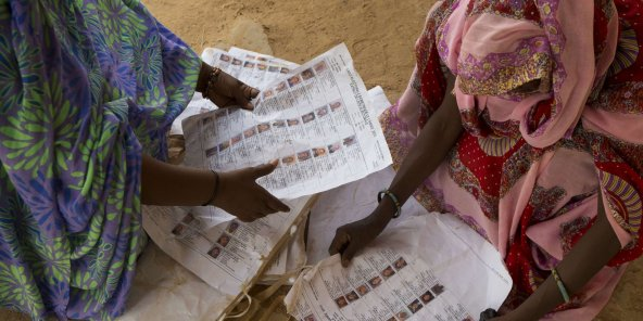 Des électrices consultent les listes électorales, le 28 juillet 2013 à Kidal (illustration).