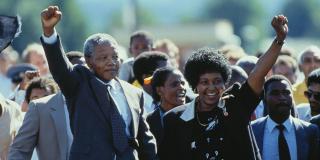 Au Cap, le 11 février 1990. Accompagné de Winnie, son épouse, Nelson Mandela recouvre la liberté, après vingt-sept années de prison.