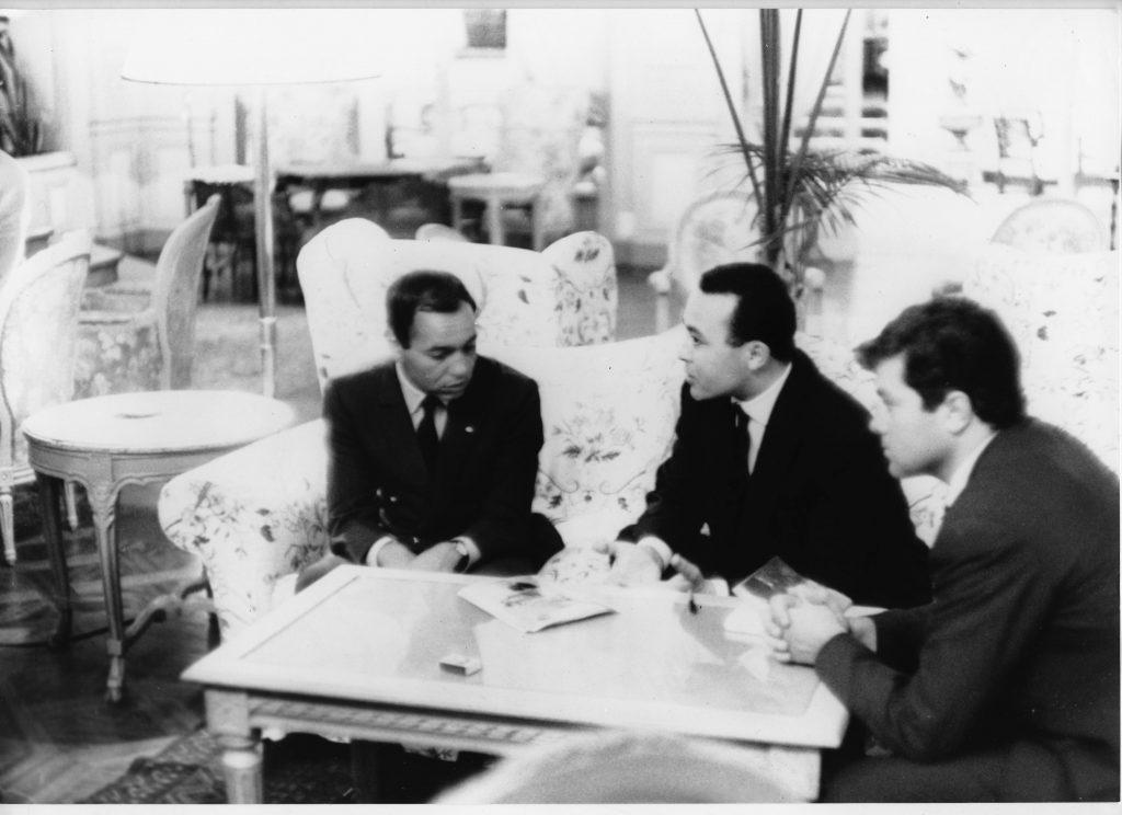 Le roi Hassan II (à gauche), interviewé par le fondateur de « Jeune Afrique » Béchir Ben Yahmed (au centre), en 1963.