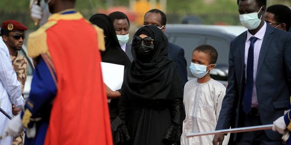 Hinda Déby Itno tenant par la main l'un de ses fils, le 23 avril 2021, lors des obsèques de son époux Idriss Déby.