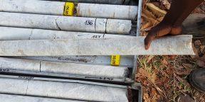 Échantillons de lithium sur le site en développement de Manono, opéré par une filiale de l'australien AVZ Minerals.