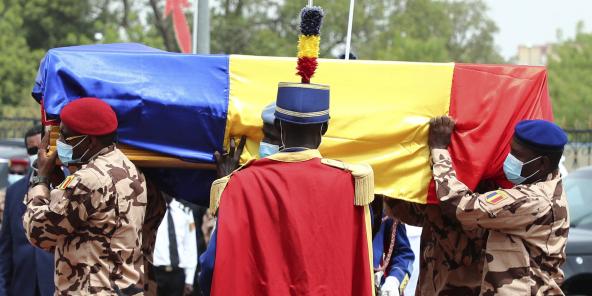 Des soldats tchadiens portent le cercueil du défunt président tchadien Idriss Deby lors des funérailles nationales à N'Djamena, Tchad, le 23 avril 2021.