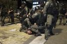 Des agents de la police des frontières israélienne détiennent un manifestant palestinien lors d'affrontements avec des manifestants palestiniens, à Jérusalem-Est, vendredi 7 mai. 2021.