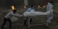 Le corps d'une victime du Covid-19 est transporté pour être incinéré dans un terrain transformé en crématorium à New Delhi, en Inde, le 6 mai 2021.