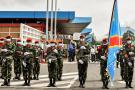 Des soldats accueillent le nouveau gouverneur militaire du Nord-Kivu à l'aéroport de Goma, le 10 mai 2021.