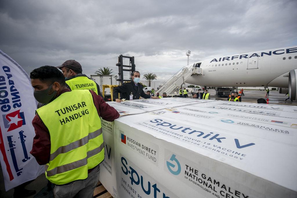 30 000 doses de vaccin russe contre le coronavirus Sputnik V arrivent à l'aéroport de Carthage à Tunis, Tunisie, le 9 mars 2021.