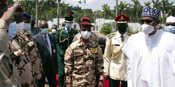 Mahamat Idriss Déby (au centre) et Muhammadu Buhari (droite), le 14 mai 2021 à N'Djamena.