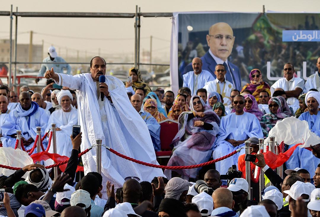 Le président mauritanien sortant Mohamed Ould Abdel Aziz s'adresse à la foule pour montrer son soutien au candidat à la présidence, l'ancien général Mohamed Ould Ghazouani, le 20 juin 2019 à Nouakchott.