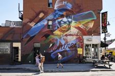 Fresque géante, à Montréal, en hommage à Jackie Robinson, premier joueur noir à avoir évolué dans la ligue professionnelle nord-américaine de base-ball, de 1947 à 1956.