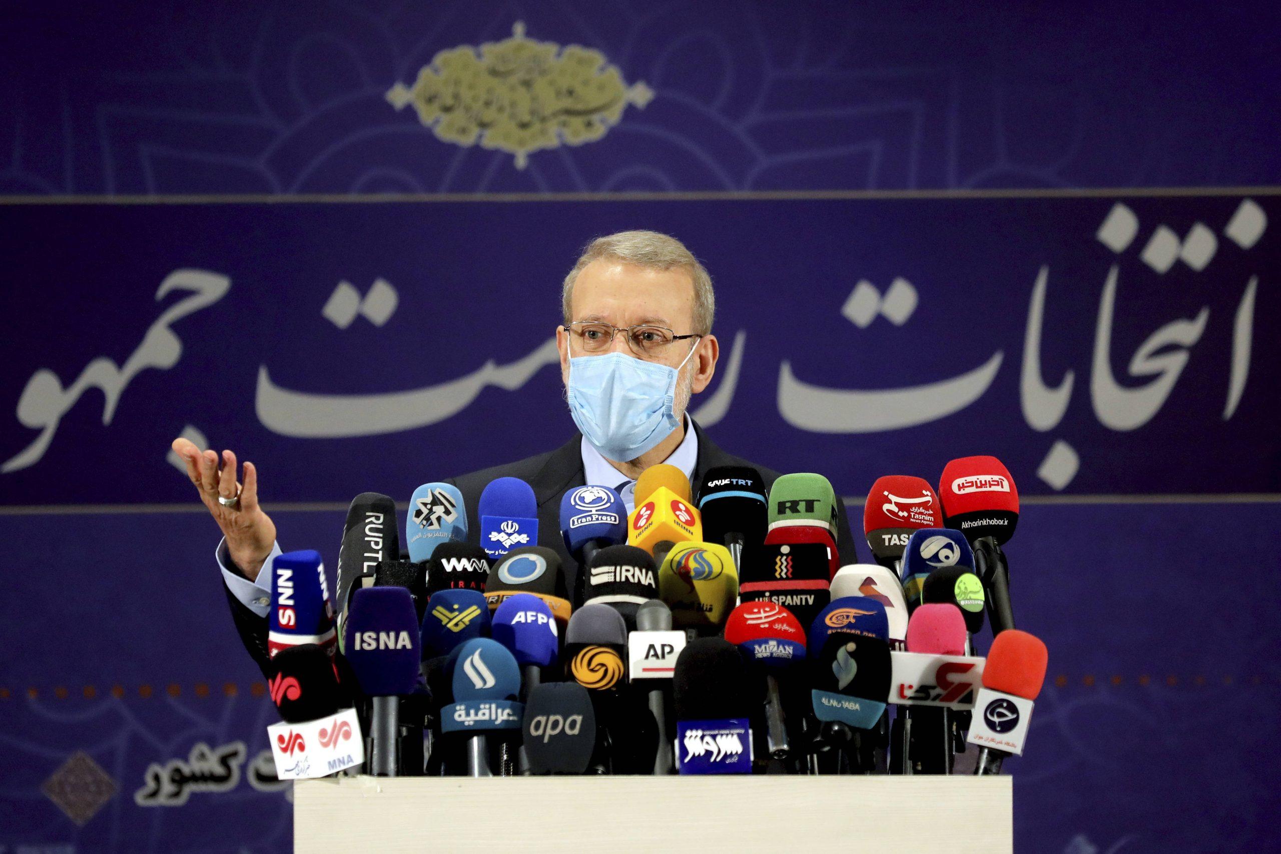 L'ancien président du parlement iranien Ali Larijani assiste à une conférence de presse après avoir enregistré sa candidature aux élections présidentielles du 18 juin au siège des élections du ministère de l'Intérieur à Téhéran, le 15 mai 2021.