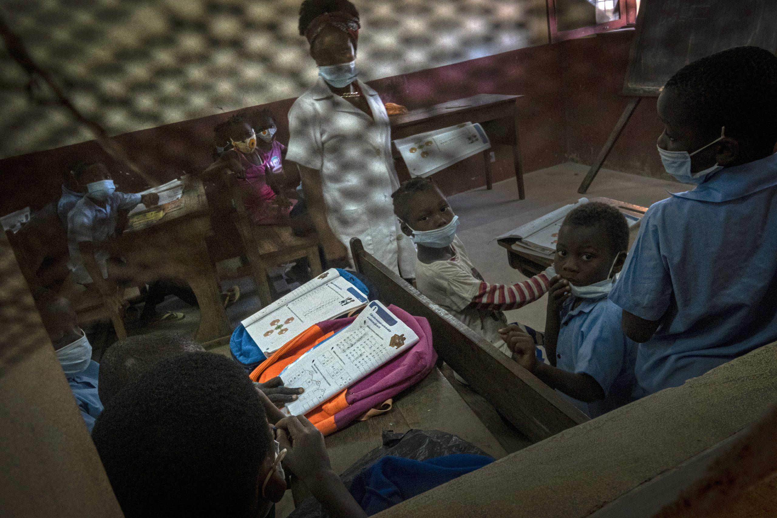 Des enfants de Palma qui ont fuit l'avancée des jihadistes, dans un camps de déplacés à Pemba, au Mozambique.