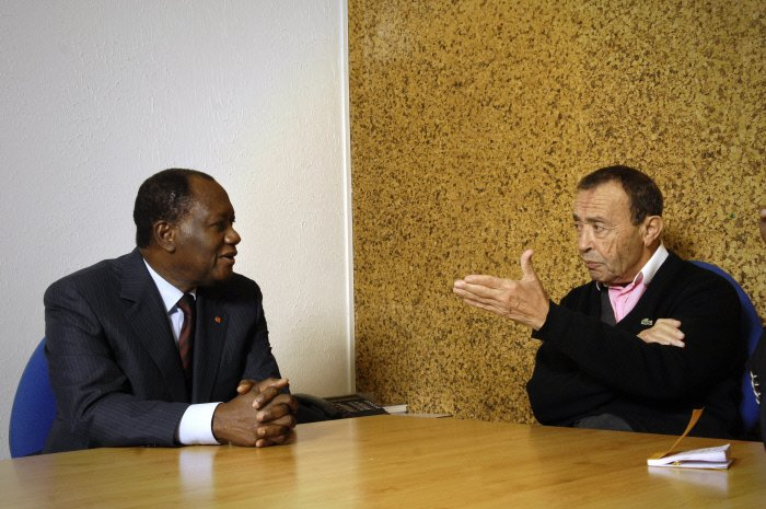 Alassane Ouattara (Côte d'Ivoire), lors d'une visite à Jeune Afrique, avec Béchir Ben Yahmed, le 21 octobre 2008, à Paris, France.