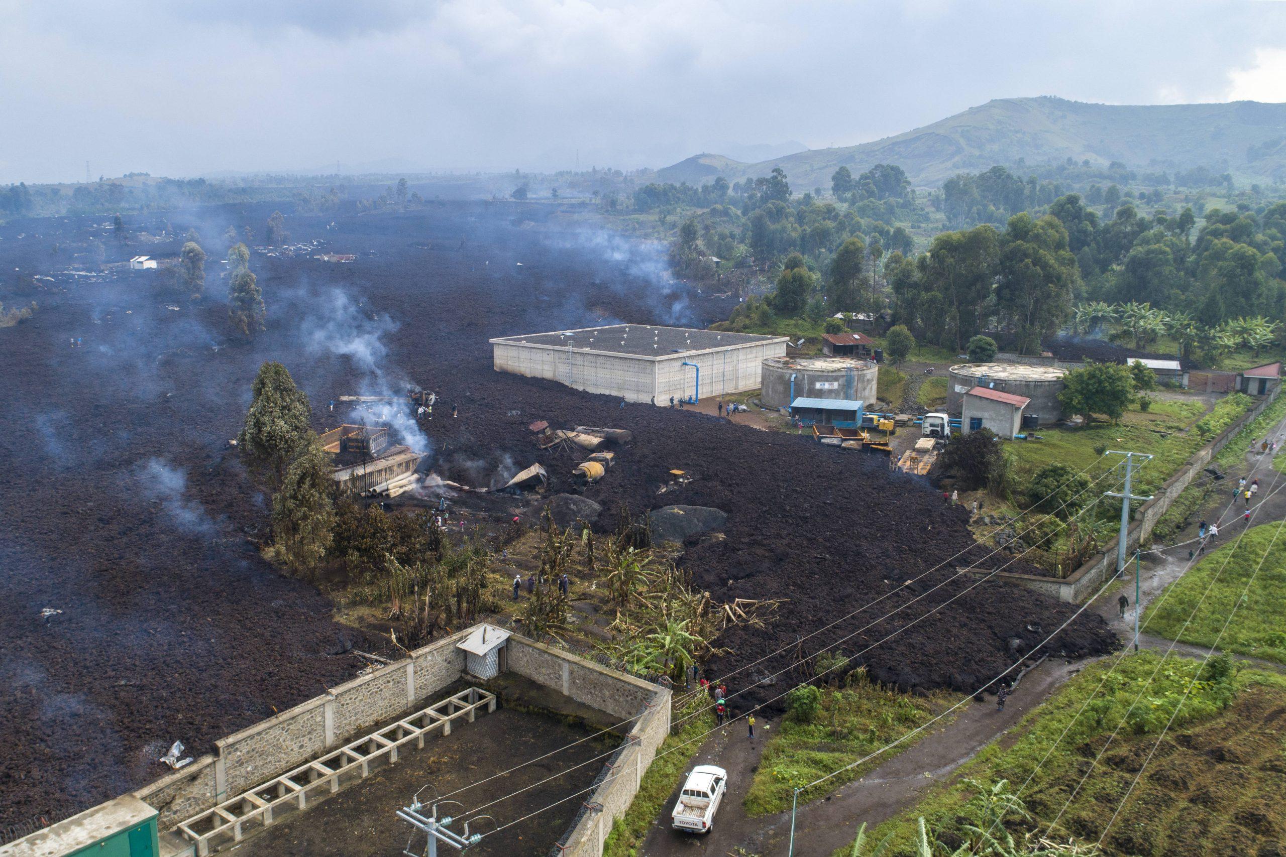 La coulée de lave de l'éruption du Nyiragongo traverse le village de Buhene, dans le nord de Goma, le 24 mai 2021.