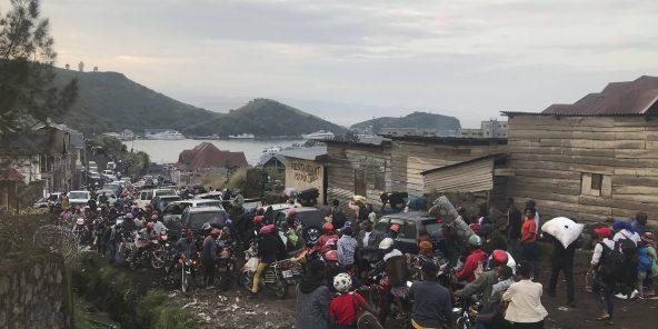 Des habitants de Goma fuient la ville, le 27 mai 2021, craignant une nouvelle éruption du volcan Nyragongo.