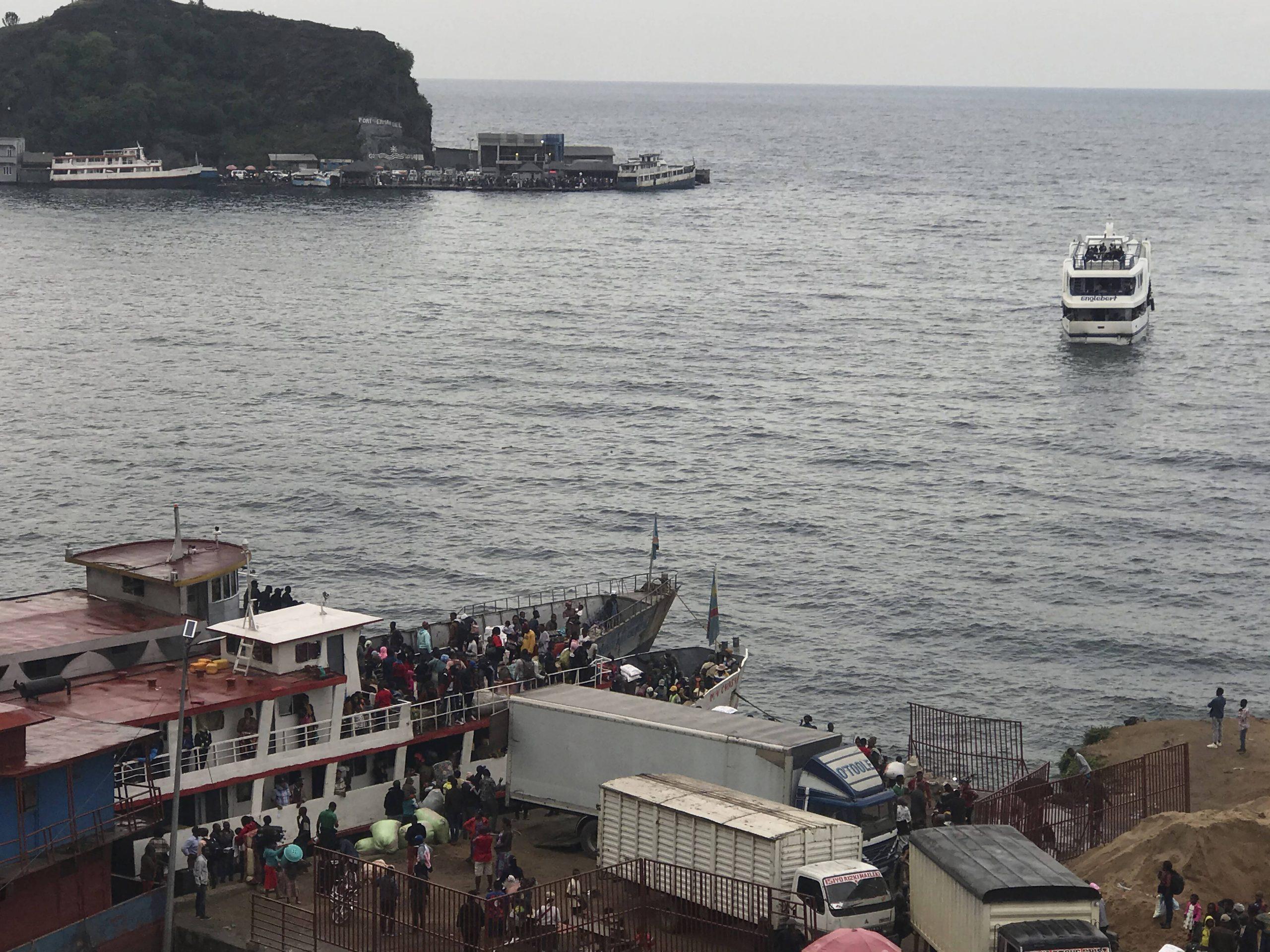 Des habitants de Goma fuient la ville par bateau, le 27 mai 2021.