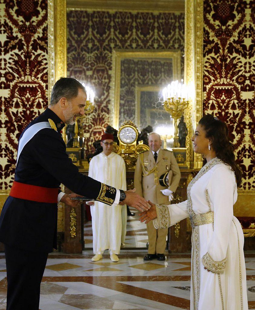 L'ambassadrice du Maroc à Madrid, Karima Benyaich, et le souverain espagnol Felipe VI, en juin 2018.